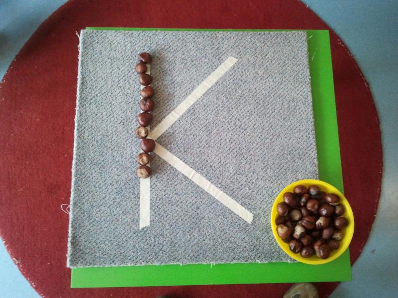 Buchstaben mit Kastanien nachlegen