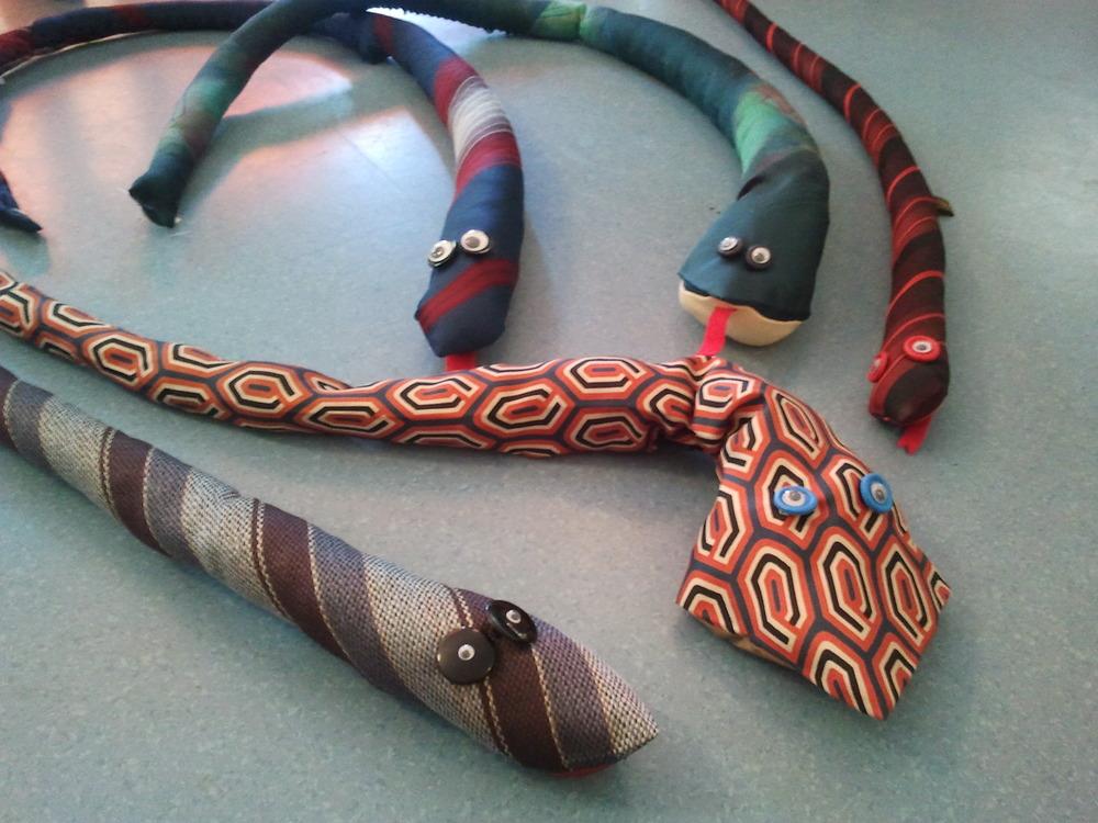 Schlangen aus alten Krawatten