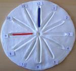 Uhr aus Ton mit Fugen (Übung zur Zeigerstellung)