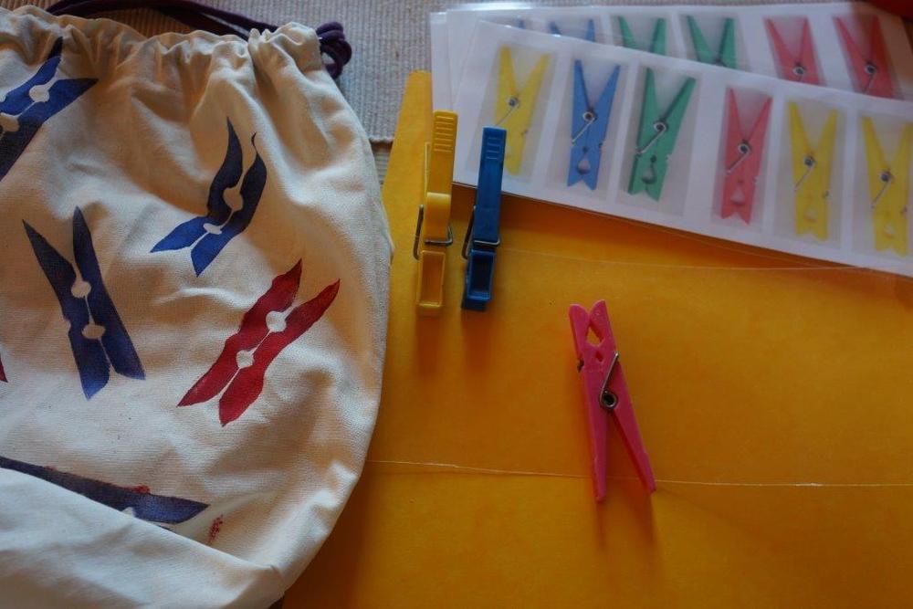Säckchen mit Klammern und Reihenaufgaben