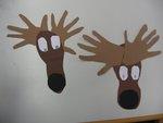 Elch-Kunstwerke aus Händen und Füßen