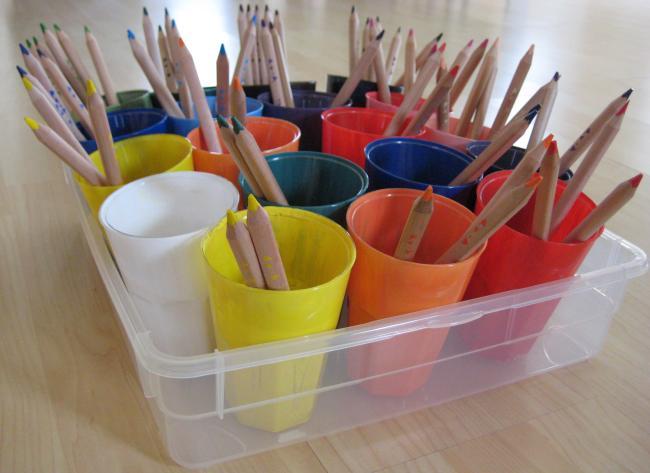 Eine Möglichkeit Buntstifte in der Klasse aufzubewahren