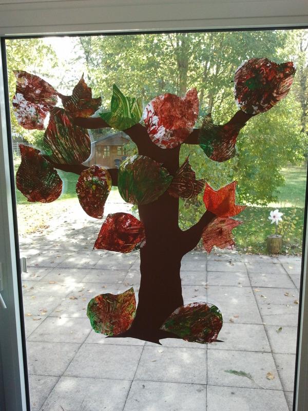 Herbstbaum mit Naturmaterial gestaltet